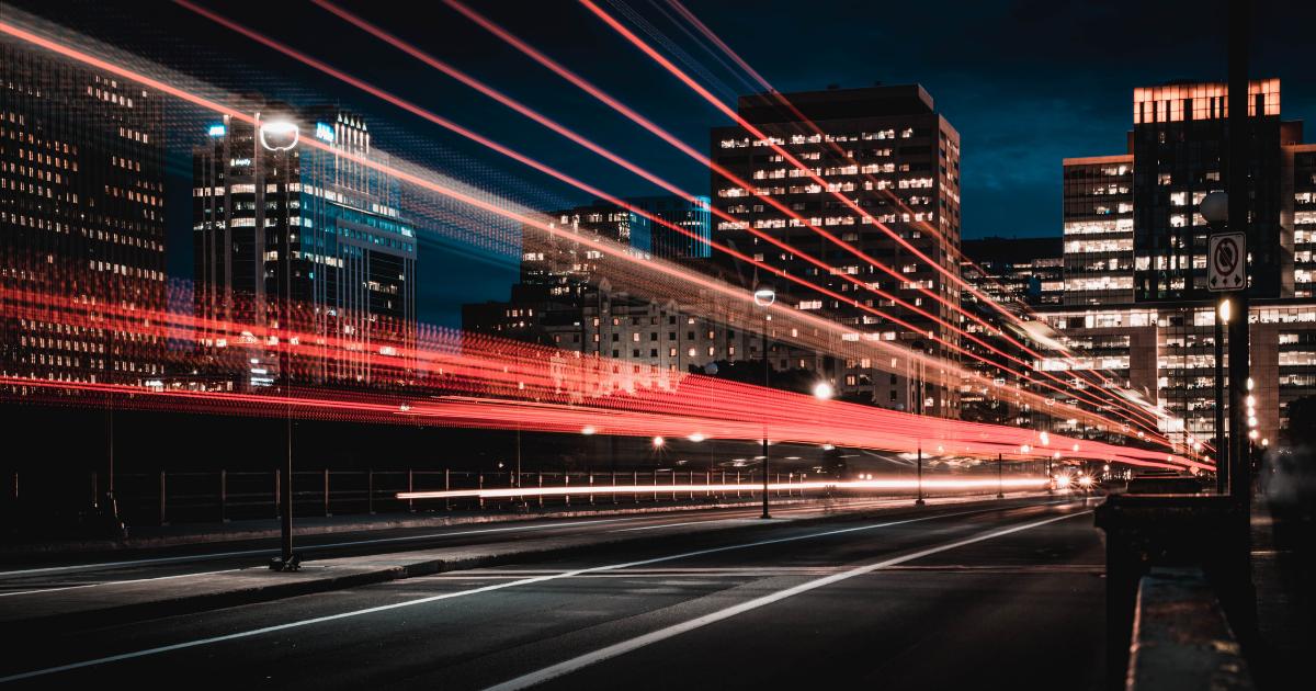 cidade movimentada com digitalização de logística e transportes